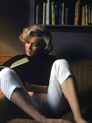 marilyn-monroe-reading-at-home-alfred-eisenstaedt